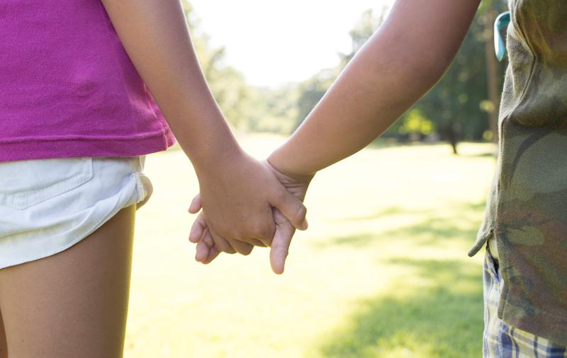 Mädchen halten Hand